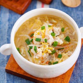 もやしと卵のスープに鶏ひき肉が入るだけで、ちょっと贅沢なおかずスープに。簡単に作れるうえに、包丁いらずで洗い物も少なくすむので、忙しい朝のおかずスープにも重宝します。