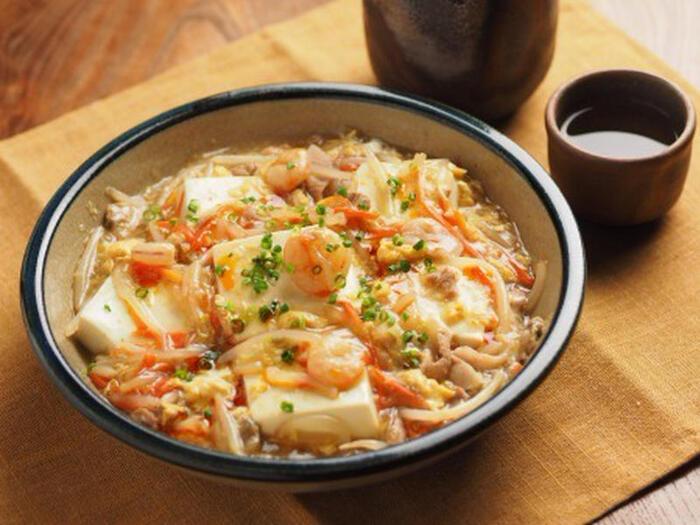 お豆腐と卵ともやしの他、シーフードミックスと豚肉まで入り、栄養も食べごたえも充分の満足あんかけレシピ。野菜やシーフードお豆腐などがのぞく見た目もおいしそうで、ご飯もお酒もすすみそう。