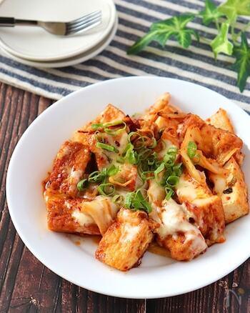 豚肉の代わりに厚揚げを使った節約レシピ。マヨチーズで濃厚に仕上げて、ご飯がすすむこってり風味です。