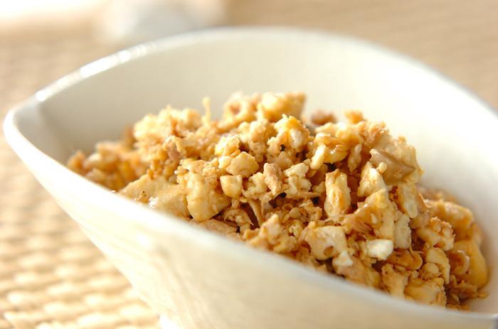 豆腐とツナ、ザーサイを炒め合わせた、見た目よりもしっかり味の一品。白いご飯にかけて食べたり、オムレツの具にしたりとアレンジは無限大。