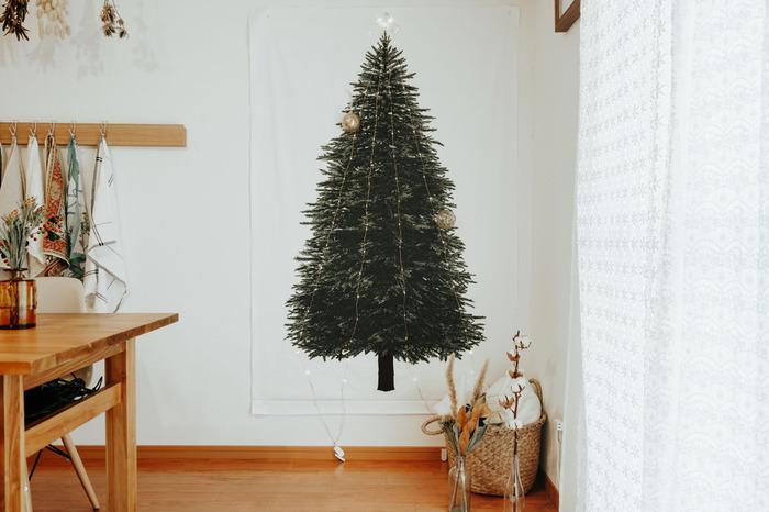 ファブリックポスターといえば、クリスマスシーズンに売り切れ続出のツリーのファブリックポスターが思い浮かぶかもしれませんね。 本物のツリーを飾るように、オーナメントやライトをピン留めしていく新しさがウケています。  シーズンオフになると、装飾をりんごや小鳥に変えたり、ライトだけで楽しんだりと、グリーンを飾る感覚でオールシーズン楽しめるところも魅力。