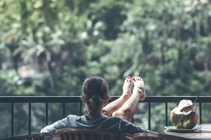 特に朝の日光浴がおすすめ。せっかく早く起きたら、ベランダに出てみまよう。新鮮な空気を吸いながらのんびりエネルギーがチャージされていくはずです。ベランダがないときは、窓際に椅子を置いて日向ぼっこしても◎