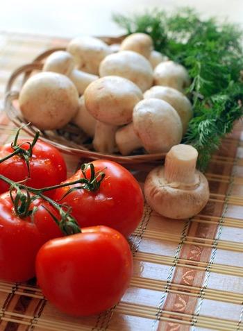 添加物や刺激的なスパイスを避け、油分を多用しない野菜や旬のフルーツを添えたシンプルな食事は、心を穏やかにしてくれます。魚や肉などのタンパク質も程よく。目指すは一汁三菜。旅館の朝食のような献立がおすすめです。