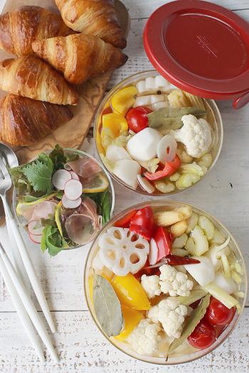 カリフラワーやレンコン、かぶ、パプリカなどの野菜を耐熱容器に並べて、レンジでチン。少し加熱することで味が早くしみ、半日で完成する簡単ピクルスです。忙しいときにぜひ試したいレシピです。