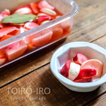 ラディッシュをピクルス液に漬け込むことで、なんともいえない美しいピンクに。華やかな副菜になりますね。こちらは、かぶもいっしょに漬けています。