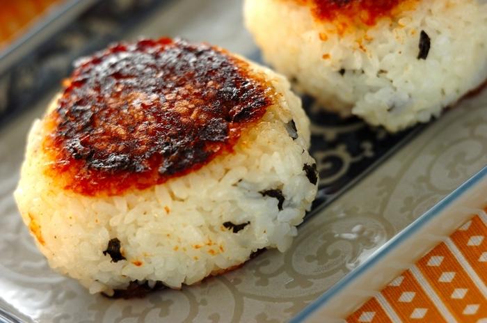 コチュジャンを混ぜた味噌をおにぎりの両面にたっぷりと塗ってこんがり焼いた焼きおにぎり。ちぎった韓国のりをごはんに混ぜているので、中も味がついていますよ。ピリ辛の味わいはお酒のお供にもおすすめ!