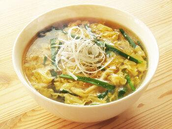フワフワの卵がお腹に優しい中華スープです。具材はシンプルに、ニラ、卵、生姜、ネギのみ。片栗粉で軽くとろみをつけるので、食べたあとも保温効果抜群! より満腹感が欲しい方は、お茶碗半分のご飯を入れて雑炊にしたり、うどんを柔らかく煮込んだりしても◎