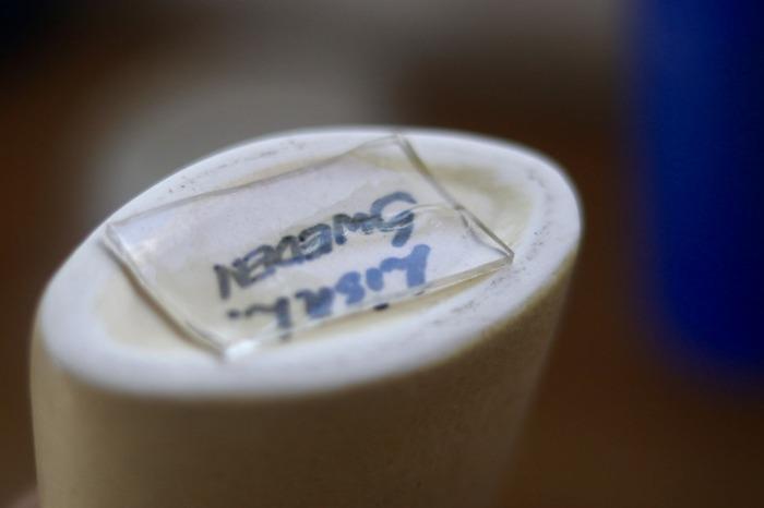 いわゆる「耐震ジェル」の代わりにテープを取り入れて、防災対策に活用するという方法も。  お気に入りの小物の底面にテープを貼ったら・・・