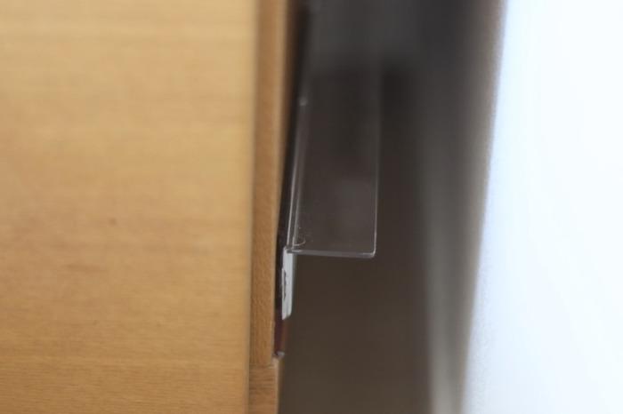 ちなみにこちらの写真のケースだと、タップにプラグを差し込む際に手が入らないほど狭い隙間なので、電源タップ自体を固定せず、それを乗せるための台としてアクリル素材の棚をテープで固定したのだとか。  使い勝手と浮かせる収納を見事に両立した、ぜひ真似したいアイデアです。