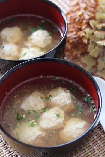 鍋に直接大根をすりおろすだけで、即席みぞれスープの完成です。鶏団子をつくる時間がない場合は、鶏ガラスープを使って野菜を煮込むだけでも十分体が温まる優しい一品に。 消化酵素を豊富に含んだ大根おろしは、寝る前のスムーズな消化をサポートしてくれますよ。