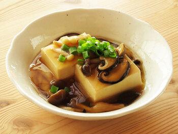 自宅にあるキノコを和風出汁でふつふつと煮込んでとろみをつければ、豆腐と相性抜群のヘルシーな餡掛けに。細切りにした生姜を忍ばせることで、ピリッとしたアクセントにもなっておすすめです。