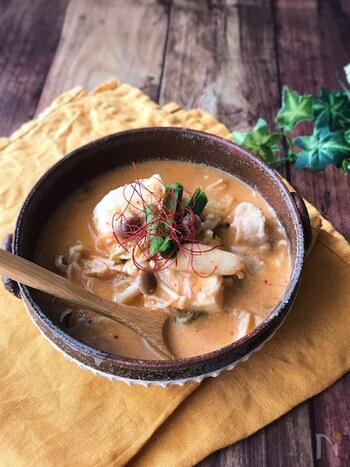 女性の体にうれしい豆乳と豆腐を組み合わせた、夜食にぴったりなまろやかキムチチゲ。脂身の多い豚肉は避け、たっぷりの豆腐や鶏肉などで代用してくださいね。 豆乳が固まらないように、中火で野菜を煮込むのが美味しく仕上げるコツ。