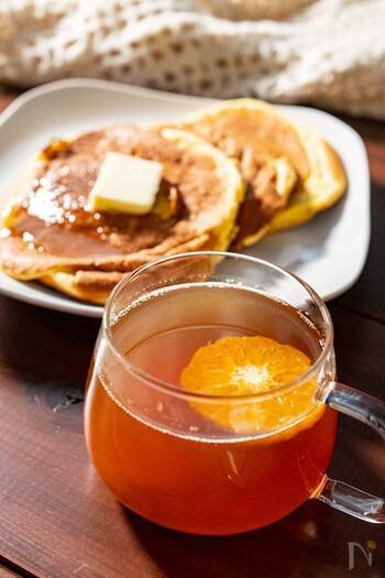 体を冷やす柑橘系フルーツはそのまま食べるのではなく、お気に入りのお茶に入れてフルーティーに飲むのが◎ ただ、寝る前に紅茶のカフェインをとるのはおすすめできないので、ハーブティーなどで代用すると良いでしょう。
