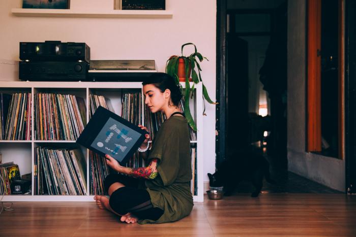 音楽を聴いていたら、なんだかリラックスしていたという経験はありませんんか?音楽には、ドーパミンの分泌を促す作用があり、心身をリラックスさせる効果があると言われています。特にヒーリングミュージックは、自律神経を整えてくれる効果があるんだとか。仕事や勉強中など集中したい時におすすめです。