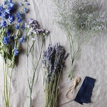 ラベンダーは、古くから修道院で栽培され、薬草として使われてきた歴史の長いハーブです。ヨーロッパにおいては最も生活に馴染んだ香り。「疑わしきはラベンダーを使え」と言われるほど万能で、何を使えばいいのかわからない時にはラベンダーをまず手に取りましょう。季節の変わり目など疲れがたまりやすい時にもおすすめです。アロマディフューザーで部屋全体に香りを広げると、落ち着いてその日を過ごす事ができます。