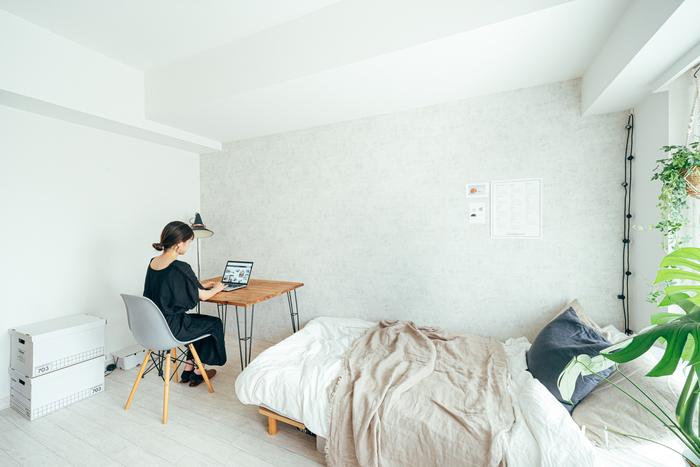 落ち着きや静けさが感じられる寝室にワークスペースを作られているこちらのレイアウト。ベージュ、グレーなどでまとめられたシンプルな空間ですが観葉植物のグリーン、デスク横の照明器具などがおしゃれなアクセントになっています。物が少なくスッキリとまとめられていてお仕事にも集中できそうですね。
