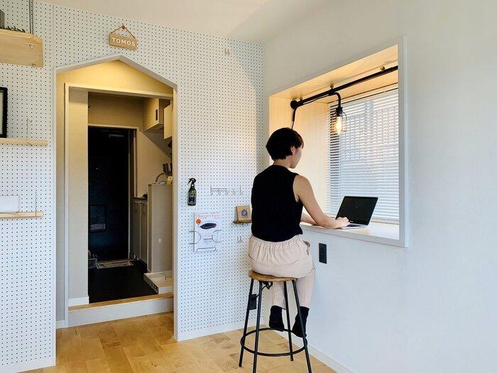 こういった出窓をワークスペースとして活用するのも良いですね。外の景色が視界に入ることで、気持ちよく仕事ができそうです。取り付けている照明アイテムもお部屋のアクセントになっていておしゃれですね。また作業スペース横の壁にも色々な物を壁掛け収納していて参考になります。なかなかデスク周りに収納スペースが取れないという方は、ウォールシェルフなどを取り付けて「壁を活用する」のもおすすめです。