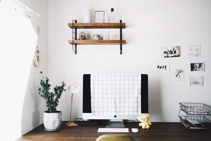 壁に取り付けられたウォールシェルフが空間のおしゃれなアクセントになっています。お気に入りのフォトや雑貨を飾ることで、ほっこりとした気持ちで仕事をすることができそうですね♪パソコン横にグリーンを置くことで、仕事の生産性もUPしそうです。やはりこちらのように壁に向かってデスクを配置することで余計な物が視界に入らないため、目の前の仕事にしっかりと集中できそうですね。