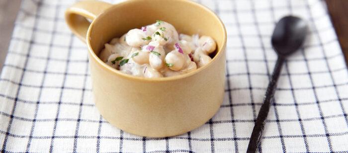 和えるだけで簡単!大豆が主役のサラダ。ヨーグルト&にんにく風味が中近東料理を彷彿とさせ、あっさりしていながらもあとを引く味。お肉料理の付け合わせにいかがでしょうか?