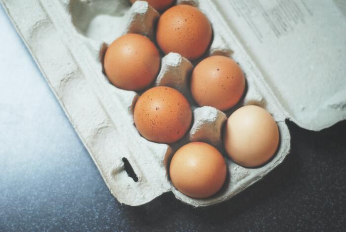 たまごの保存は、パックのまま冷蔵庫で保存するのがベスト。その場合の卵の保存期間は2週間程度。ポイントは、尖った方を下に向けること。卵の丸い方には「気室」と呼ばれる空気の入った部屋があるため、丸い方を上にしておくと、古くなった卵黄が浮かんできても、「気室」に阻まれて、卵黄が、直接殻に触れることが無いのだそうです。