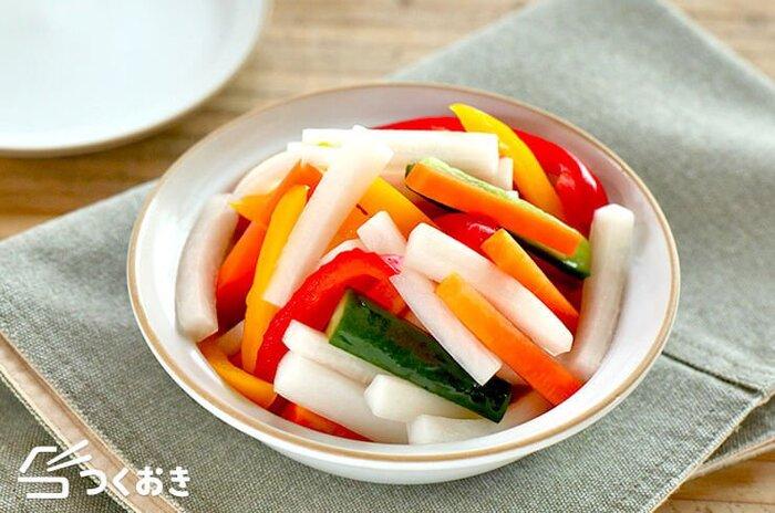 大根、きゅうり、パプリカなど、カラフルな野菜と調味液を保存袋に入れて味をなじませるだけの簡単ピクルス。ポリポリと食感も楽しく、スティック状に切ると食べやすいですね。