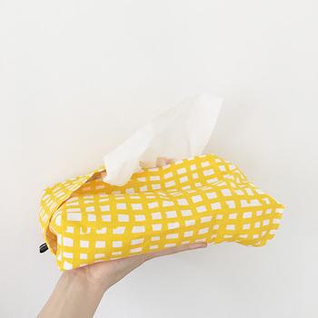 布がふんわり重なって、箱をすっぽり覆えるティッシュカバーです。両端の布が重なっているのが特徴で、カジュアルな可愛さがありますね♪お好きな布で作ってみましょう。