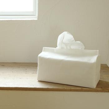 箱が大きめのカシミヤティッシュ用カバーも手作りできますよ。写真では、上品なティッシュ箱に合わせて白いリネン生地を使っています。ナチュラルでどんなお部屋にも馴染みそう!