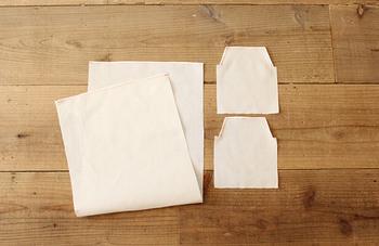 材料は長方形の布1枚と、台形の布2枚、マジックテープです。生地を縫い合わせる前に、合い印を入れて布の端を三つ折り縫いしておきましょう。