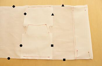側面にあたる台形の布を本体の布に縫い付けたら、写真の通り同じマーク同士を縫い合わせます。箱形をイメージしながら縫いましょう。