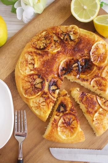 レモンがいい感じにこんがりしたアップダウンケーキ。カラメルの上にレモンをのせることでカリッと香ばしさが加わります。ひと口食べると甘酸っぱい爽やかさの虜に♪