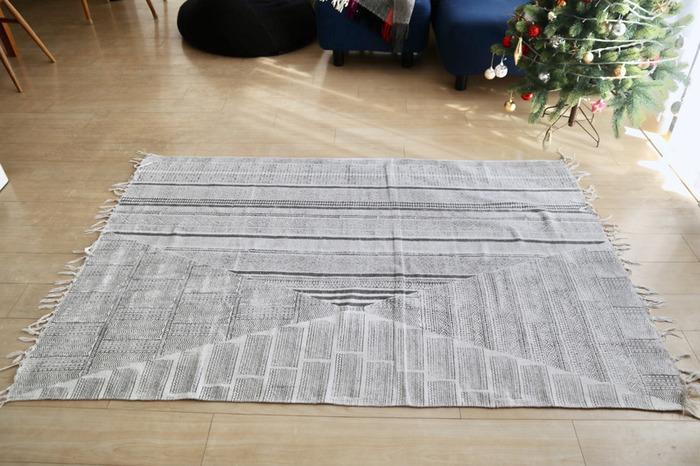 この理想の位置に「ピシッ!」と広がった状態がキープできます。日々のモヤモヤから解決されて、気持ちがいいですね。  ちなみに、記事前半で「注意点」としてご紹介した通り、テープを床から剥がす際にフローリングの素材やワックスも一緒に剥がれてしまう可能性がありますので、床の素材を考慮したり、テープの量を少なめにしたりといった工夫をしてみてくださいね。