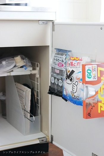 スポンジ、フィルター、食品用ポリ袋などの消耗品。  テープを使って扉の裏側にペタリとするだけで、収納アイテムやフックを増やすことなく動線に合わせて固定できます。  ビニールでパッケージされた商品なら、使い終わったタイミングで空っぽの袋がキレイに剥がれるのも◎。新たなものをまた貼り付けることができるので、入れ替えもお手軽です。