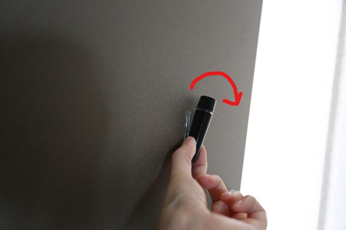 貼り付けるモノによっては、貼りっぱなしの状態ではなく日々取り外しながら使用したい場面もあるはず。  そんな時でも大丈夫。少しねじるようにすると、テープに付いていたモノを取り外すことができますよ。