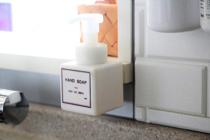 【ハンドソープ】  手を洗ったり消毒したりする頻度が圧倒的に増えた昨今、ハンドソープのボトルを置くことが増えましたよね。そんなときも、テープを使えば好きなところに浮かせて設置可能♪