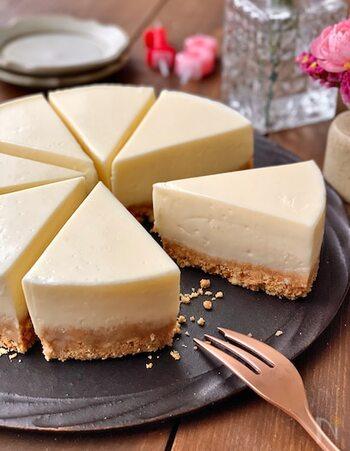 混ぜて冷やすだけ!基本のレアチーズケーキです。見た目以上に簡単に作れるのがうれしいポイント♪濃厚で、口の中でとろける食感がたまりません。厚めの土台は、ザグザグとした食感で食べ応えも充分◎お好きなトッピングでアレンジしても楽しめそう。
