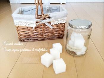 熱湯に中性洗剤または重曹を入れ、つけ置き→冷めたら再度熱湯だけでつけ置きし、最後は水洗いしましょう。それでも取れない場合は、メラミンスポンジでさっとこすり洗いをするとスッキリきれいに!