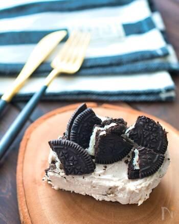 ヨーグルトとクリームチーズを使ったオレオチーズケーキ。ヨーグルトの酸味でさっぱりと味わえます。加糖のヨーグルトを使う場合は、砂糖の量を控えめにしてヘルシーに仕上げても◎イチゴ味のヨーグルトとオレオのチョコ味は意外と相性抜群。食べ応えのある食感もいい味を出しています。時短デザートにもおすすめ。