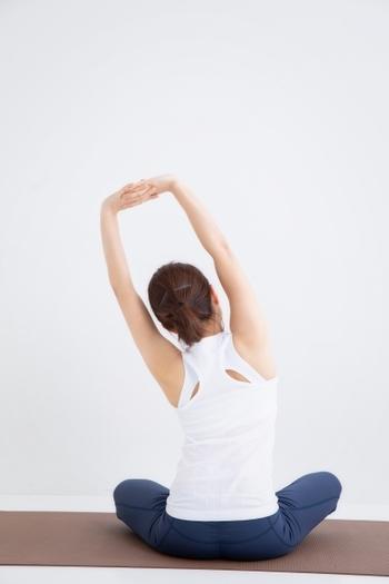 凝り固まった上半身を伸ばして、筋肉をしなやかに保ちましょう。背中や脇のもたつきが気になる人にもおすすめのストレッチです。