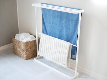 清潔感のある爽やかな白いラックです。上からすとんとバスタオルを干せば、しわにもならずにスッキリと干すことができます。下段にはフェイスタオルやバスマットを干せるバーもあって便利です。