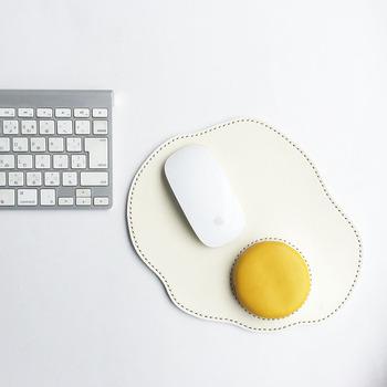 とっても可愛いめだまやきモチーフのマウスパッド♪こんなユーモアあふれるアイテムも、在宅勤務ならOKというのが嬉しいですよね。ワークスペースの可愛いアクセントとして活躍してくれそうです。