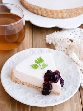 豆乳のレアチーズケーキ風タルトです。クリームチーズなどの乳製品は使わず、豆乳と水切りした豆乳ヨーグルトで作ります。バターの代わりにサラダ油を代用すれば、よりヘルシーに。ダイエット中のおやつにもおすすめです。ブルーベリージャムなど、お好みのジャムを添えて楽しんでみては。