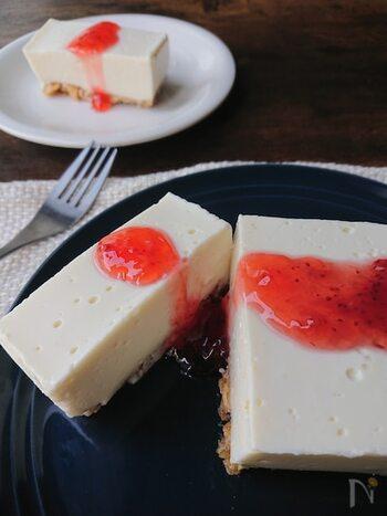 豆腐とヨーグルトを使ったレアチーズケーキです。クリームチーズやバターを使わず、カロリーを大幅カット!土台にはビスケットの代わりに、コーンフレークとくるみをはちみつで固めて作ります。ダイエット中のおやつにもおすすめです。