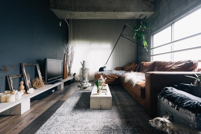 コンクリートの重みで床が傷むことのないように、積み重ねず一段のみに。家具を低くすることでお部屋が広く見えるという効果もあります。