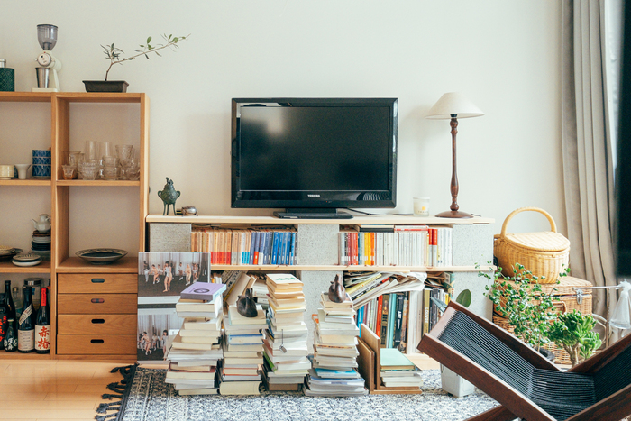 本が好きでたくさん持っているという方におすすめの、本棚兼テレビボード。たくさんの本を収納できますし、将来的に本が増えてきたら、棚板を幅広のものに変えて容量をアップさせてもいいですね。