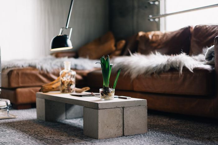 盆栽用の板とブロックを組み合わせてローテーブルを手作り。コンクリートの無機質な質感がクールでスタイリッシュですね。