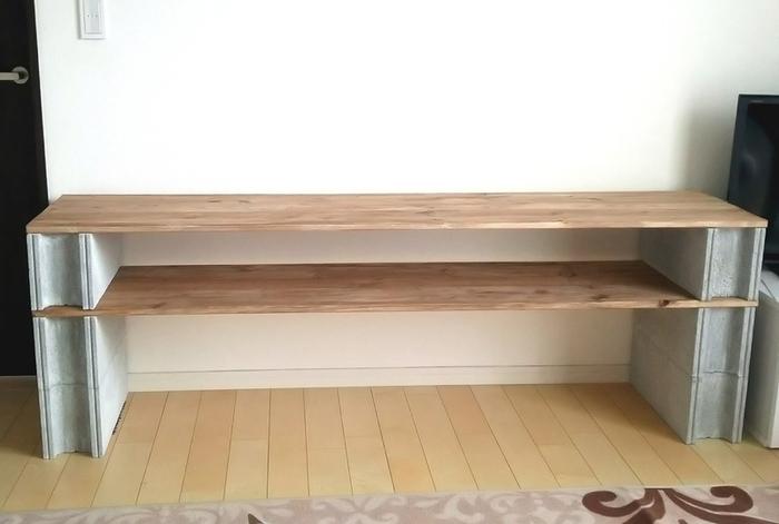 既製品の合板もホームセンターで売られているので、作りたい棚の大きさに合わせてサイズを選びましょう。床が傷つかないように、一番下に板を敷いても良し。ブロックの下にシートなどを敷いても良いでしょう。あとはブロックに板を重ねてさらにブロックを積んでいくだけです。