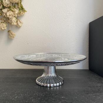 ガラスにシルバーのシャビー加工を施した、アンティーク風のコンポート皿。細やかで繊細なガラスカッティングは、見ているだけでうっとりするような美しさです。