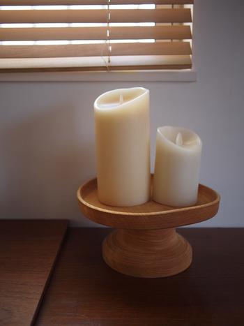木製のコンポート皿に大きなキャンドルをセッティングすれば、北欧風のナチュラルな燭台に。(※こちらではLEDのキャンドルライトを使用していますが、火を使う場合には安定感があり耐熱性の高いコンポート皿を使うようにしましょう。)