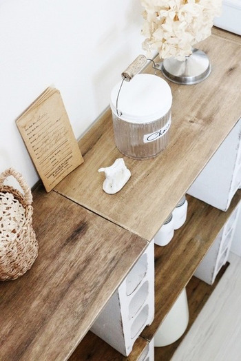 模様替えしたいときなどに、ひとりで家具を移動させるのは至難の業。でもブロックと板の棚なら、分解し組み立てるのも簡単なので移動も楽なんです。