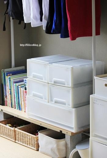 ハンガーラック下のデッドスペースに、ブロック&板の棚を設置。おもちゃや絵本をディスプレイ収納したり、引き出しケースを置いて収納力をアップさせて。